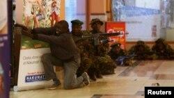 Tentara dan polisi bersenjata berupaya menangkap kelompok bersenjata pelaku penembakan di pusat perbelanjaan Westgate di Nairobi (21/9).