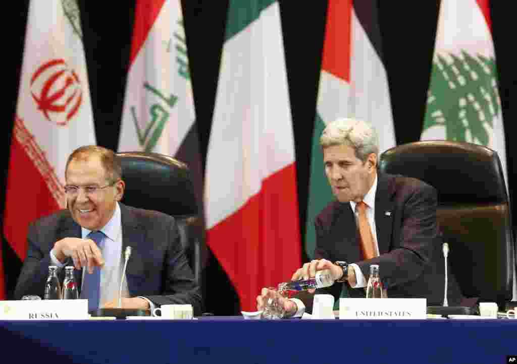 روس کے وزیر خارجہ سرگئی لاوروف کا کہنا تھا کہ شام میں انسانی صورتحال ابتر ہو رہی ہے جسے روکنے کے لیے مشترکہ کوششوں کی ضرورت ہے۔