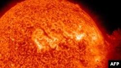 Một vụ bùng cháy cỡ trung bình xảy ra trên bề mặt mặt trời làm phát sinh một đám mây khổng lồ những hạt nhỏ mang tích điện tiến về phía quả đất
