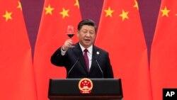 Le président chinois Xi Jinping lève son verre et propose un toast lors d'une cérémonie au Grand Hall du Peuple à Pékin, le 26 avril 2019.