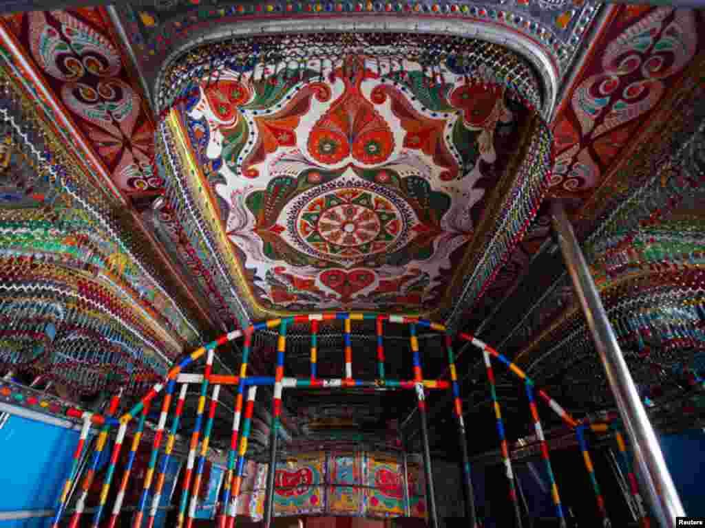 ان بسوں کے اندرونی حصے میں بھی رنگ برنگ کے خوبصورت ڈیزائنوں سمیت موتیوں کی خوبصورت لڑیاں،سجاوٹ کی اشیا کا استعمال کیا جاتا ہے