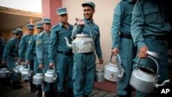 阿富汗国民警察提着水壶在喀布尔警官学院领取早餐。(资料照)