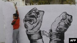 Thân nhân của các tù nhân trang trí đường phố trước tin người thân sắp được trả tự do từ nhà tù của Israel, ngày 17/12/2011