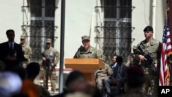 جنرل آسٹن اسکاٹ ملر کمان بدلے کی تقریب سے خطاب کر رہے ہیں