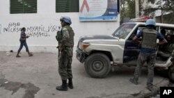 Miembros de las fuerzas de paz de la ONU, los llamados cascos azules, patrullan una de las calles de Puerto Príncipe.