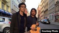 Gitaris Indonesia, Tohpati dan Dewa Budjana di Praha, Republik Ceko (foto/dok: Dewa Budjana)