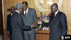 Kofi Annan, à l'époque secrétaire général de l'ONU, saluant l'actuel président ghanéen, Nana Addo Dankwa Akufo-Addo, alors ministre des Affaires étrangères , au siège des Nations Unies à New York, le 17 mars 2005.