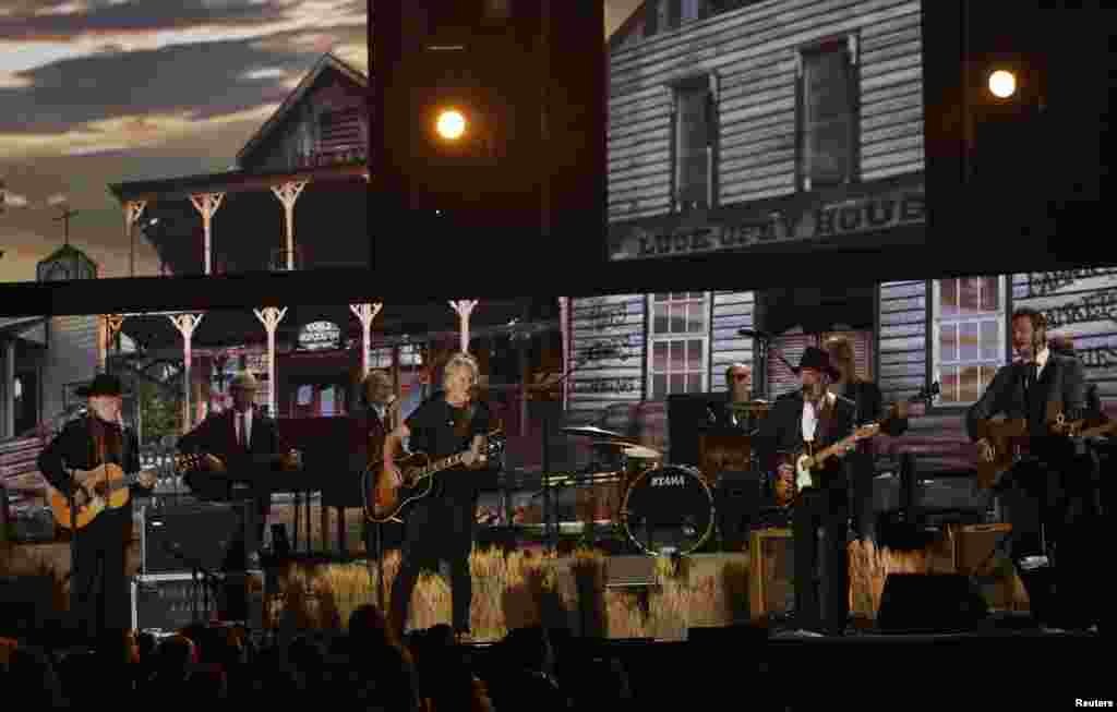 """Willie Nelson, Kris Kristofferson, Merle Haggard and Blake Shelton perform """"Mamas Don't Let Your Babies Grow Up To Be Cowboys"""" at the 56th annual Grammy Awards in Los Angeles, Jan. 26, 2014."""