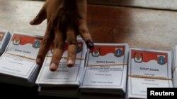 Seorang petugas KPU sedang menghitung surat suara setelah tempat-tempat pemungutan suara ditutup dalam pemilihan gubernur Jakarta, 19 April 2017.