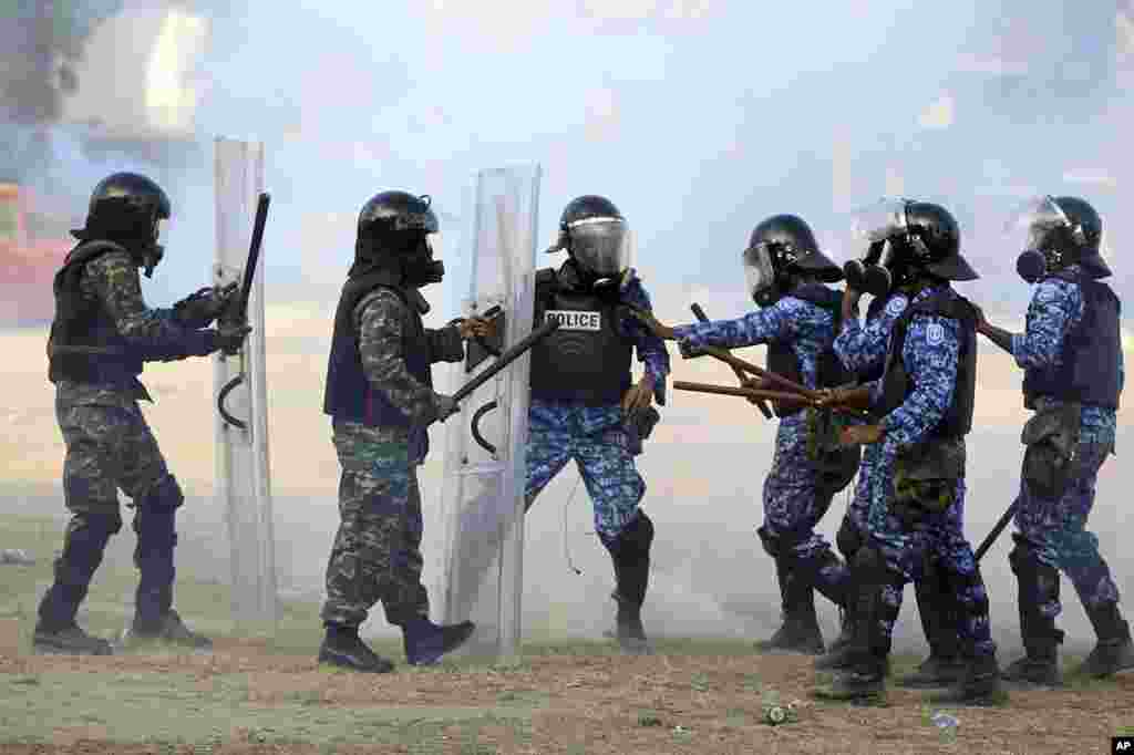 Maldives soldiers, left, are involved in a clash with police officers, in Male, Maldives, February 7, 2012. (AP)