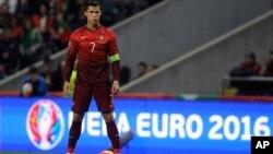 Cristiano Ronaldo se prépare à tirer un coup franc lors du match de qualification de l'Euro 2016 entre le Portugal et le Danemark au Stade Municipal de Braga, au Portugal, le jeudi 8 octobre 2015.