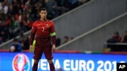 Cristiano Ronaldo va tirer un coup franc lors d'un match contre le Danemark le 8 octobre 2015 à Braga, Portugal. (AP Photo/Paulo Duarte)