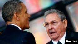 在南非举行的曼德拉追悼仪式上美国总统奥巴马与古巴总统劳尔•卡斯特罗握了手(2013年12月10日)