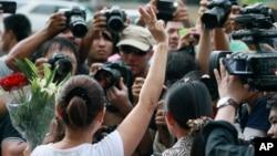 Seorang perempuan mengangkat tiga jari ke udara tanda pembangkangan dalam demonstrasi anti-kudeta di luar Kedutaan Besar Australia di Bangkok, Thailand (4/6). (AP/Wason Wanichakorn)