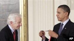 奥巴马给宾州州立大学教授本科维奇授奖,表彰他在有机化学上的成就