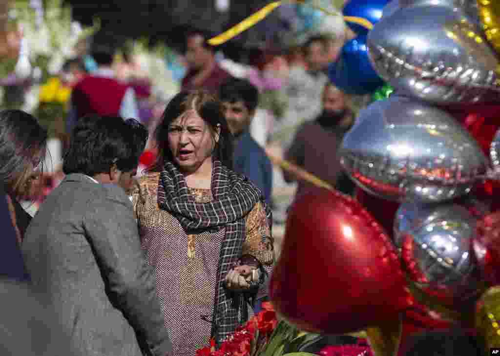 مردم در حال خرید گل و بادکنگ برای جشن روز ولنتاین در اسلامآباد، پاکستان