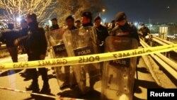 Cảnh sát cơ động bảo vệ hiện trường vụ nổ ở Istanbul, Thổ Nhĩ Kỳ, ngày 01/12/2015.