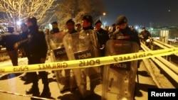 Polisi anti hurt hara mengamankan lokasi ledakan di Istanbul, Turki (1/12).