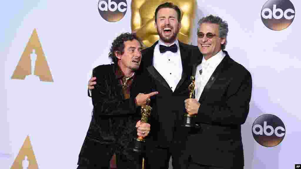 """Chris Evans, pose dans la salle de presse avec David White, et Mark Mangini, lauréats du prix du meilleur montage sonore pour """"Mad Max: Fury Road"""", 28 février 2016."""