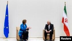 캐서린 애슈턴 유럽연합 외교안보고위대표와(왼쪽) 모하마드 자바드 자리프 이란 외교부 장관이 15일 스위스 제네바에서 핵협상 회의 시작에 앞서 이야기를 나누고 있다.
