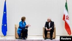 Bộ trưởng Ngoại giao Iran Mohammad Javad Zarif nói chuyện với Trưởng ban chính sách đối ngoại của Liên hiệp Châu Âu Catherine Ashton tại Geneva, ngày 15/10/2013.