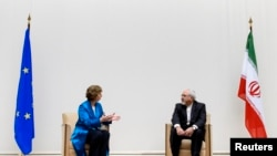 阿什頓(左)與伊朗外長在談判前(右)