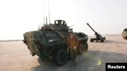 """在曼谷城外參加年度""""金色眼鏡蛇""""多國軍演開幕儀式的美國陸軍人員和車輛 (2018年2月13日)"""