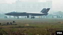 Pesawat tempur siluman J-20 terlihat di Chengdu, provinsi Sichuan, Tiongkok, Januari lalu.