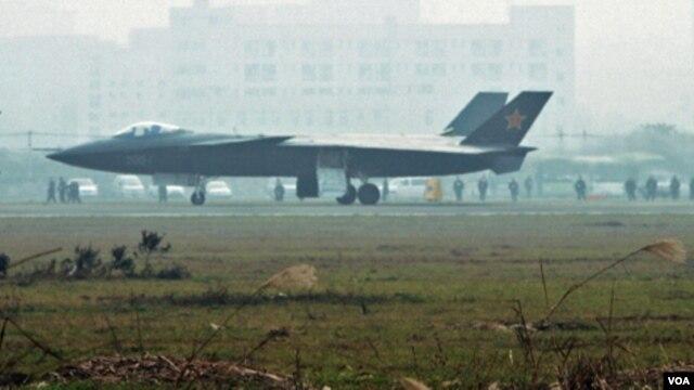 Pesawat tempur siluman Tiongkok terlihat di bandara Chengdu, provinsi Sichuan, 7 Januari 2011. Pesawat ini diduga meniru teknologi pesawat F-117 milik AS yang jatuh di Serbia.