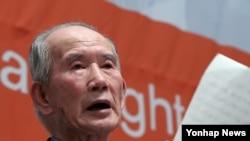 지난 2012년 12월 서울 프레스센터에서 열린 '북한인권의 날' 행사에서 탈북 국군포로인 유영복 씨가 증언하고 있다. (자료사진)