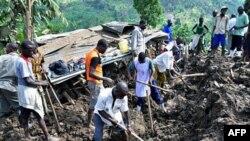 Cư dân ở Mbale, Uganda tìm kiếm thi hài nạn nhân sau vụ đất lở gây ra bởi các trận mưa lớn