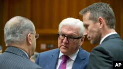 Ngoại trưởng Đức Frank-Walter Steinmeier (giữa) trao đổi với Ngoại trưởng Cộng hòa Síp Ioannis Kasoulides (trái) và Ngoại trưởng Đan Mạch Kristian Jensen trong cuộc họp các ngoại trưởng EU tại Brussels, ngày 14 tháng 11 năm 2016.