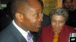 O primeiro-ministro Aires Ali com a dra. Beatriz Ferreira, directora do Instituto do Coração, em Maputo