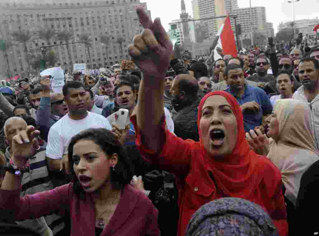 Egyptian protesters opposed to President Mohamed Morsi chant slogans in Tahrir Square in Cairo, Egypt, November 23, 2012.
