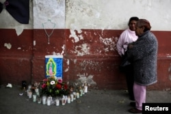 Fuera de la morgue de Ciudad de Guatemala, familiares de las víctimas del incendio de un albergue para niños abusados esperan los cuerpos de las víctimas. Marzo 9, 2017.