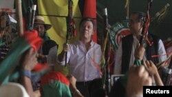 En esta foto, el presidente de Colombia, Juan Manuel Santos, se reunía con indígenas del departamento del Cauca que buscaban desterrar tanto a las FARC como al Ejército.