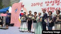 지난 11일 서울 광화문광장에서 열린 양성평등 기념행사에서 여성상 우수상을 받은 고금순 씨(왼쪽 첫번째 수상자)가 시상식장에 서 있다.