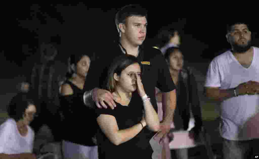 گروهی از مردم در مراسم یادبود قربانیان در حادثه تیراندازی در یک کلیسای در تگزاس. این حمله ۲۶ کشته بر جای گذاشت.