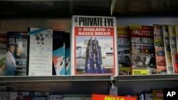브렉시트를 풍자하는 잡지가 진열된 가판대 (자료사진)