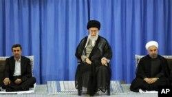 3일 대통령 인준식장에 나란히 앉아 있는 아마디네자드 전 대통령, 하메네이, 로하니 신임 대통령