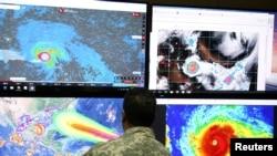 Seorang anggota Komite Operasi Darurat (COE) memantau lintasan Badai Irma di Santo Domingo, Republik Dominika, 5 September 2017.