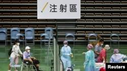 台灣醫護人員在新北市的一個體育館為85歲以上的老人接種新冠疫苗。(2021年6月15日)