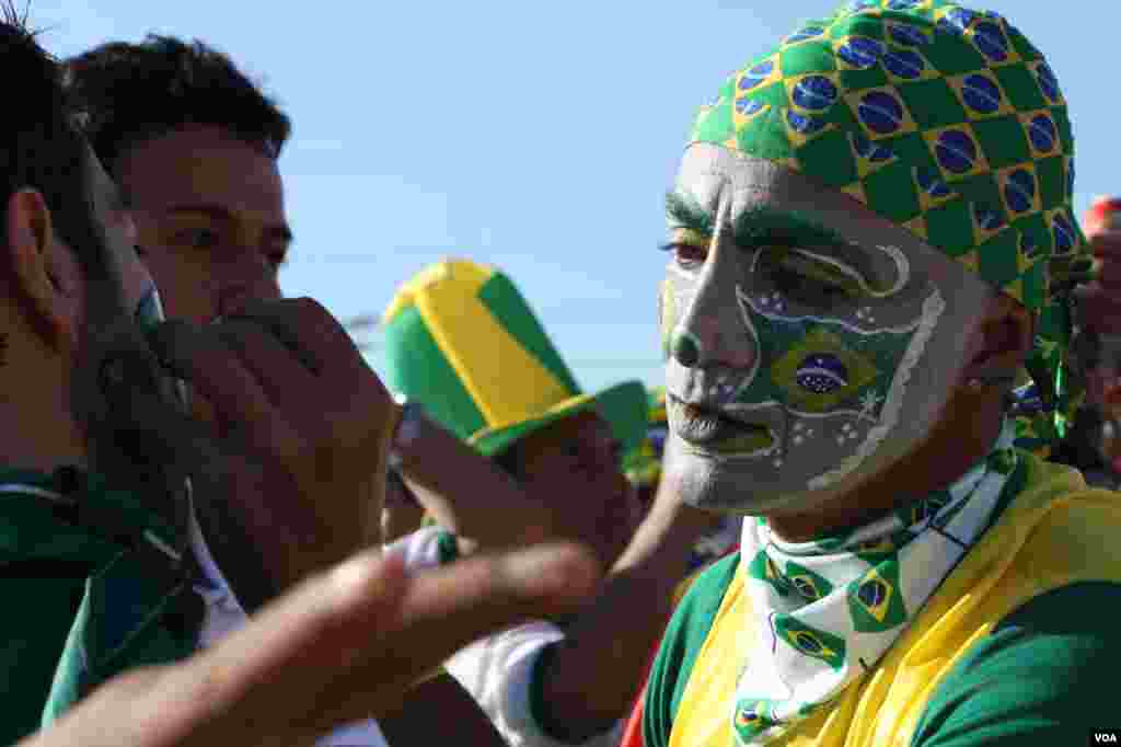 Tourists display their Brazilian World Cup fever, São Paulo, June 13, 2014. (Gesell Tobias/VOA)