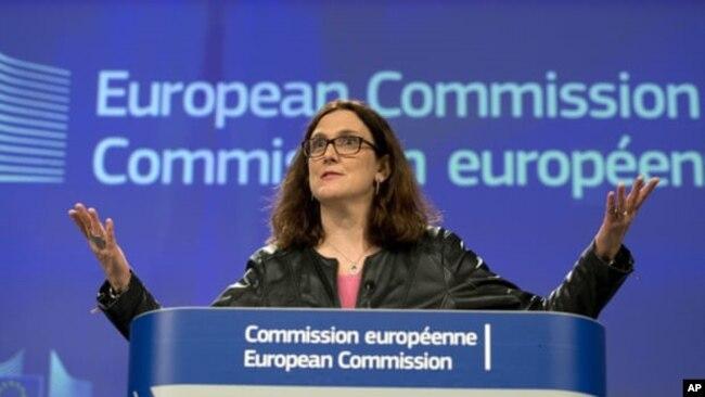 រូបឯកសារ៖ ស្នងការពាណិជ្ជកម្មសហភាពអឺរ៉ុប អ្នកស្រី Cecilia Malmström ថ្លែងក្នុងទីក្រុង ប៊្រុចសែល។ (AP)