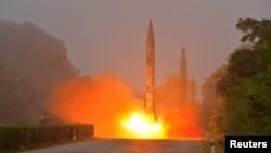 北韓中央通訊社發佈的照片顯示在軍事演習中發射導彈火箭(2016年7月21日)