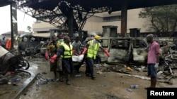 Các nhân viên cứu hộ mang thi thể nạn nhân ra từ vụ nổ trạm xăng ở Accra, Ghana, ngày 4/6/2015.