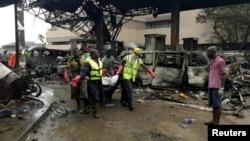 救援人员运走加纳首都一加油站爆炸的死难者尸体(2015年6月4日)