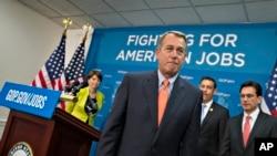 Ketua DPR AS, John Boehner dan para pemimpin partai Republik seusai memberi keterangan kepada media di Gedung Capitol, 9 Juli 2013 (Foto: dok). 80 anggota partai Republik meminta agar ketua DPR John Boehner menolak legislasi apapun yang akan mengakomodasi undang-undang layanan kesehatan baru (23/8).