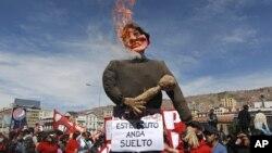 En las manifestaciones se ha llegado a quemar una efigie del presidente de Bolivia, Evo Morales, y ahora reclaman revocar su mandato.