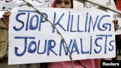 پاکستان میں صحافیوں کے قتل کے خلاف مظاہرے میں شریک ایک خاتون۔ (فائل فوٹو)